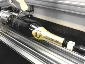 GranitoGrav kan ook worden gebruikt voor gravures op ronde objecten zoals deze fles.