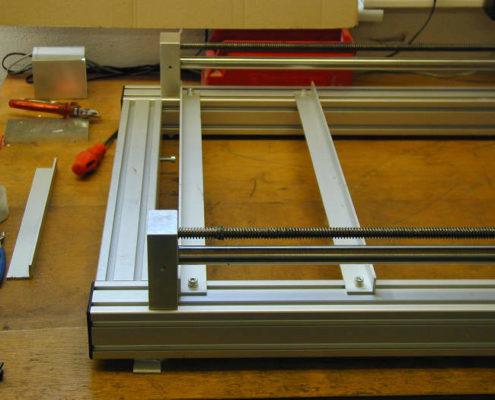 Aluminium L-profielen om de vacuümtafel in te spannen