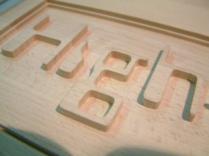 Hoge letters tegen een 2,5D gefreesde achtergrond