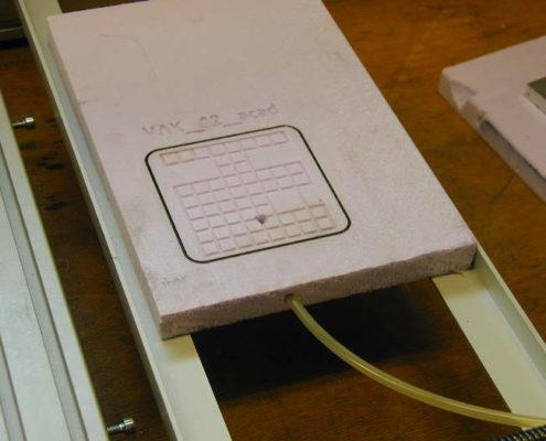Een kleine vacuümtafel van piepschuim