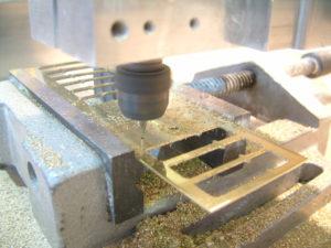 De High-Z freesmachine heeft geen moeite met 1,2mm dik messingplaat