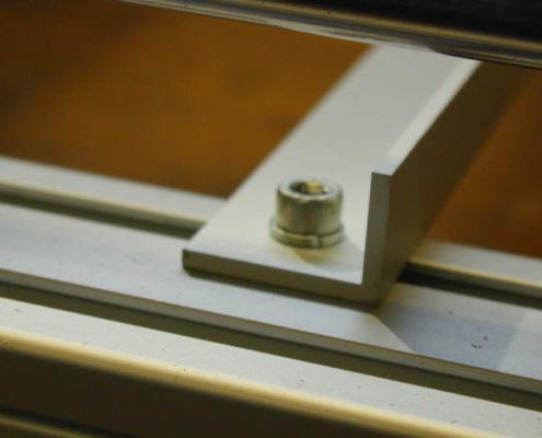 Bevestiging van de L-profielen aan het frame van de CNC machine