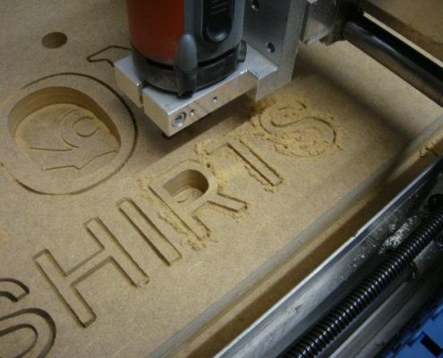 Belettering frezen uit MDF met een CNC-machine