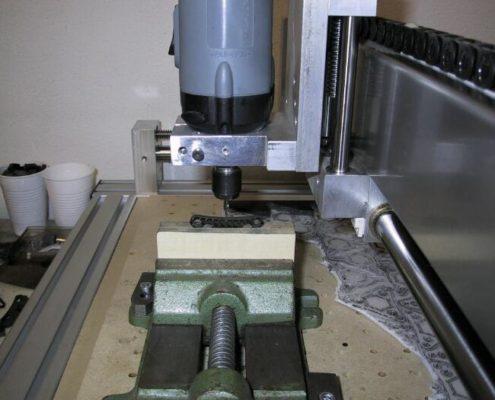 Voor het bewerken van de kopse kanten wordt het werkstuk op de CNC machine ingespannen in een kleine bankschroef