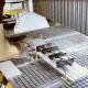 V-sleuventafel gemonteerd bovenop de vacuümtafel met behulp van montagerails