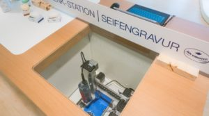 CNC Graviermaschine in DOVE Theke