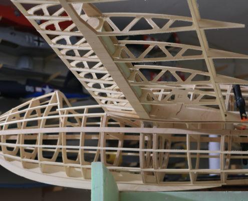Het houten frame van een model zweefvliegtuig