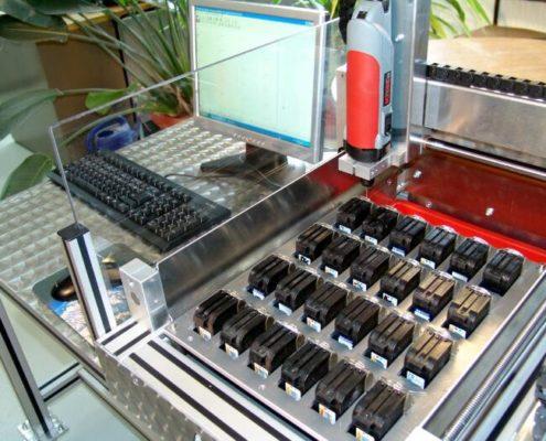De gebruiker van de machine heeft een speciale houder gemaakt voor de inktpatronen