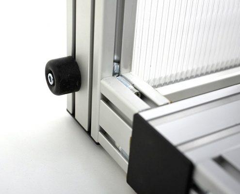 Frame is verbonden aan het machineframe, en wordt gestut met een rubberen buffer
