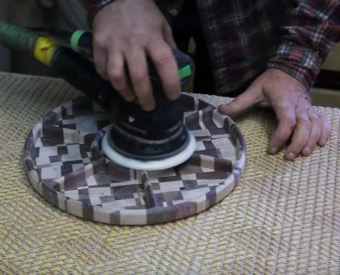Polijsten houten notenschaal