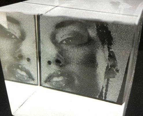 Blok massief glas met foto-gravering aan de achterzijde