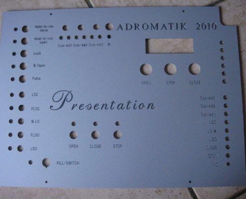 Frontplaten frezen en graveren met een CNC machine