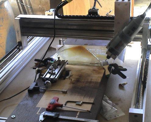 CNC machine aan het werk op glas