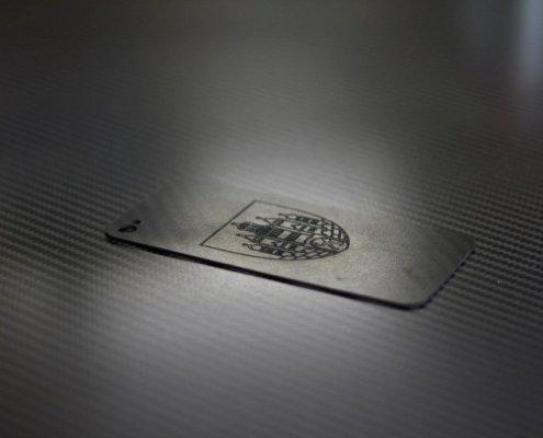 Een gedetailleerde gravure in koolstofvezel