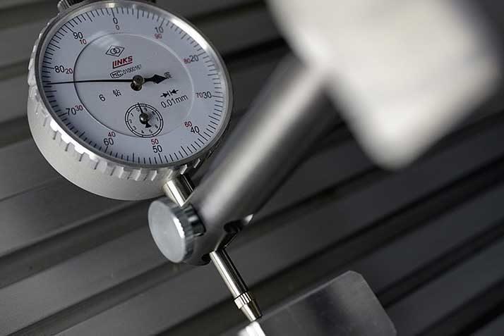 Meetstatief: hulpmiddel voor gebruik van een meetklok op een CNC machine