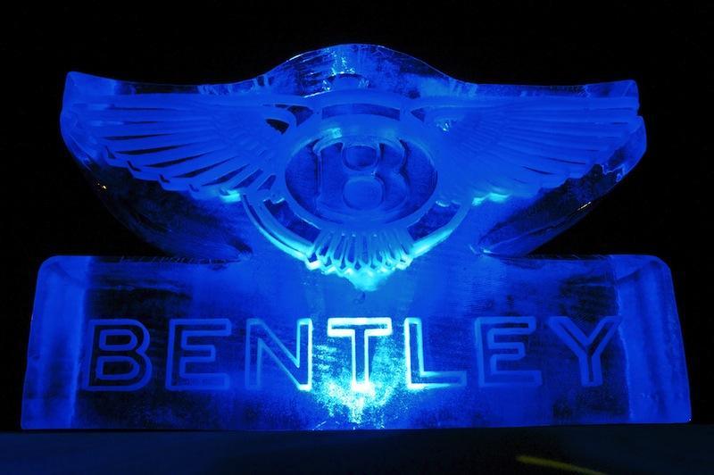 Bentley logo gegraveerd in ijs