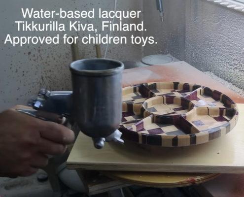 De houten notenschaal wordt gelakt