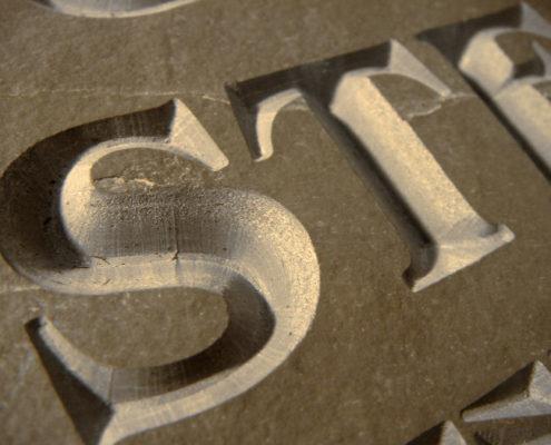 CNC opschriften voor bijvoorbeeld gedenkplaten en naamborden
