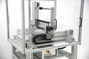 CNC machine met een beschermkap en onderstel op maat