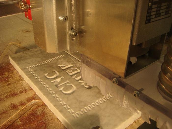 Een VCarve-gravering van het logo van CNC-STEP